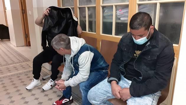 Obžalovaní z napadení mladíka na koupališti v Dubí.