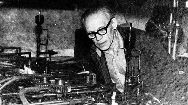 Závod Kavalier se skládal ze dvou provozů. V Hostomicích byl těžký hutní provoz, kde se sklo vyrábělo. V Teplicích na Pražské ulici byl rafinační provoz, kde se vyrobené sklo dále zpracovávalo na finální výrobky.