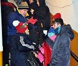 Lanovka jela na Komáří vížku i o Štědrý den. Šlo o tradiční akci, lidé dostali svařák zdarma.