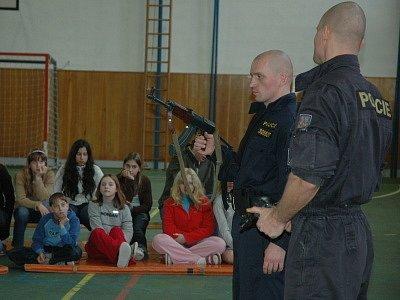 Děti viděly, jak je možné odzbrojit a spoutat lupiče.