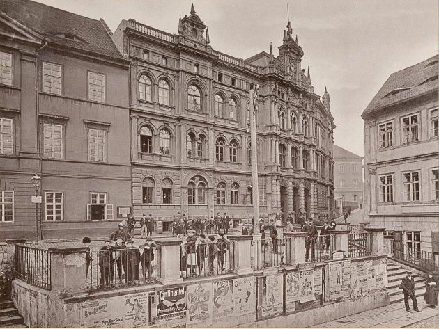 Teplická radnice na historické fotografii.