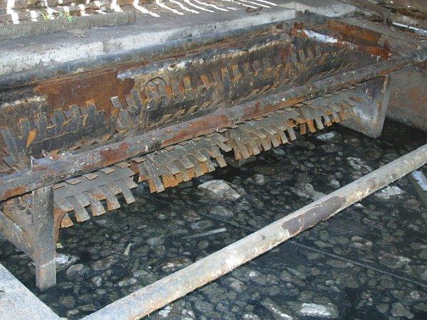 Čistička odpadních vod je vareálu Červeného Újezdu nefunkční. Kaly tečou do potoka. Šetří to úřady.