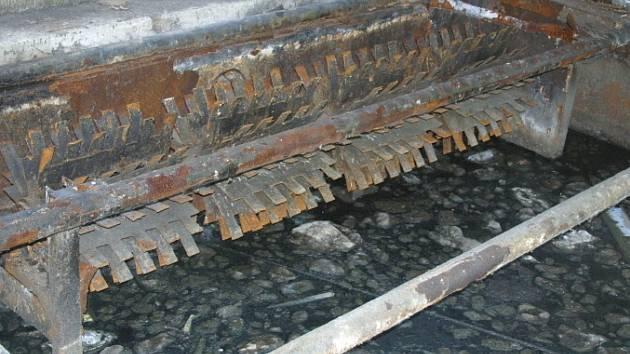 Čistička odpadních vod je v areálu Červeného Újezdu nefunkční. Kaly tečou do potoka. Šetří to úřady.