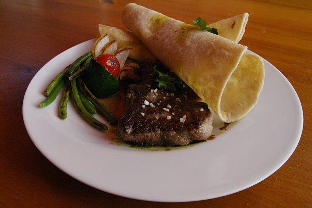 Nyama Ya Pundamilia s chappati – steak ze zebry s pšeničnými plackami.