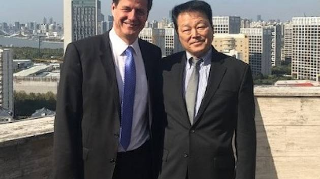 Na snímku je profesor Fukushima a primář neurochirurgické kliniky ústecké Masarykovy nemocnice Martin Sameš (vlevo).