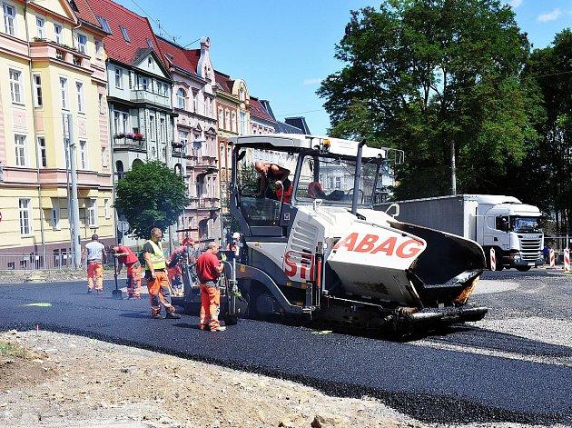 Stavba kruhového objezdu v ulici Lounská a Bílinská pokračuje pokládáním první vrstvy živičnéko kobece.