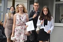 Vysvědčení. Konec roku. Školákům začaly letní prázdniny. Pro známky za druhé pololetí školního roku si přišli žáci ze ZŠ Buzulucká v Teplicích.