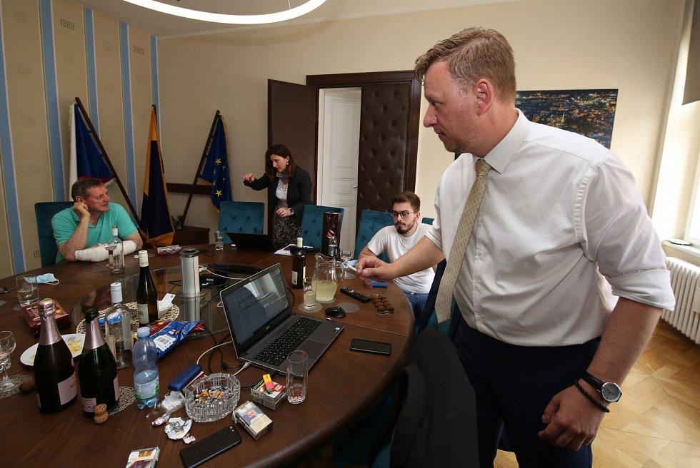 Teplický primátor Hynek Hanza ve svém štábu po sečtení hlasů v druhém kole doplňovacích senátních voleb