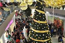 V Galerii rozsvítil vánoční výzdobu anděl