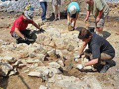 Archeologický nález části kamenného mostu na Zámeckém náměstí v Teplicích.