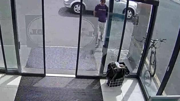 Muž je podezřelý z krádeže kola. Poznáte ho?