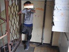 Popsané zdi, rozbité schránky, tak to vypadá v domě, kde si nyní nájemníci uklidili.