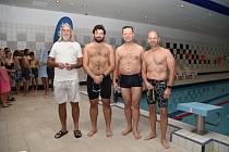 Plavecká štafeta měst. Do bazénu skočil i teplický primátor a senátor Hanza. (druhý zprava)