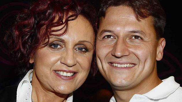 Sportovní moderátor Vojtěch Bernatský a zpěvačka Petra Janů na tiskové konferenci k nové pěvecké soutěžní show Duety …když hvězdy zpívají,