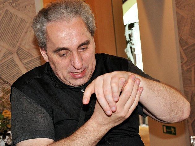 """""""Už po čtrnácti dnech léčby v Lázeňském domě Beethoven se mi ukazovák levé ruky, který se léta ani nepohnul, začal hýbat,"""" předvedl nám názorně Miroslav Seemann."""