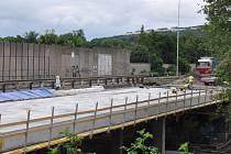 Dva mosty dělníci opravují.  Pozor na sníženou rychlost