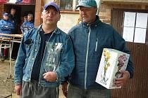 BRANKÁŘ VETERÁNŮ KOŠŤAN Josef Bubela (vlevo s pohárem) nevypadá při předávání ceny pro vítězné družstvo příliš nadšeně. Opak je ale pravdou. První místo Louku velmi těšilo.
