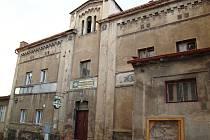 Pohostinství s velkým sálem a kino v Modlanech už dávno nefungují. Osud zchátralé budovy je velmi nejasný.