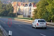 Řidiči, pozor na hup!  Závada je na mostě na průtahu Teplicemi. Pod mostem je silnice na Duchcov.