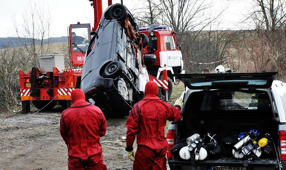 Vyprošťování potopeného osobního automobilu z oprámu Vápenka