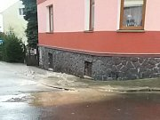 V Hrobu praskl v úterý odpoledne na křižovatce Rybniční – Husova ulice flájský přivaděč.