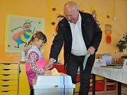Odvoleno už má také hejtman Ústeckého kraje Oldřich Bubeníček, který si na pomoc do volební místnosti vzal svoji vnučku.