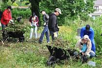 Mladí brigádníci z Německa pomáhají uklidit židovský hřbitov v Sobědruhách