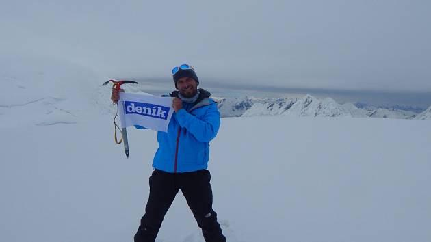 Pavla Pospíšila a Davida Součka na každém kroku expedice Pamír 2015 provázela vlajka regionálních Deníků a klokánek od teplických dětí.