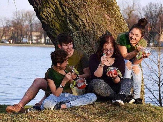 Děti v Duchcově připravily zdravý chia puding s ovocem a pohoštění věnovaly kamarádce Simoně z dětského domova.