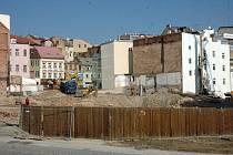 Nákupní komplex Fontána, které buduje v centru Teplic developerská společnost JTH, nahradí zástavbu dvou původních historických domů a také nikdy nedostavěného hotelu Radnice na rohu náměstí Svobody.