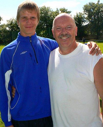 Ostřílený masér Eduard Poustka(vpravo) s novým kolegou.