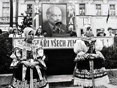 Oslava 1. máje v Hrobu. Snímek je z roku 1977 a je na něm Jiřina Čurdová a Jana Čurdová.