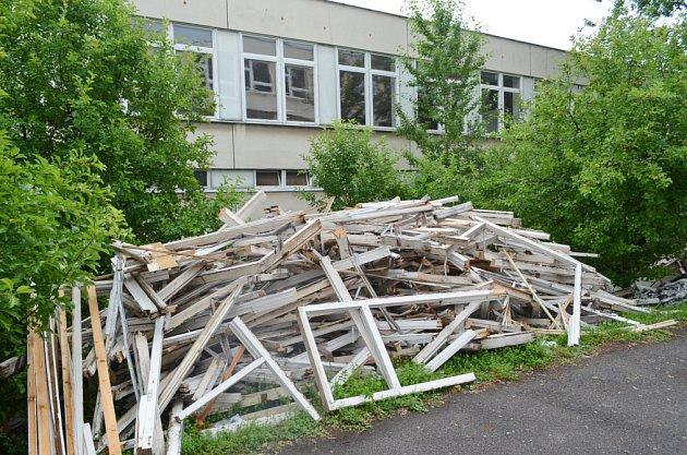 Rekonstrukce školy, včetně likvidace boletických panelů, právě probíhá v Proseticích.