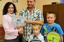 Dagmar Součková, vedoucí FIRO-tour Teplice, včera v redakci předala vítězi hlavní cenu slevu 5000 na zájezd.