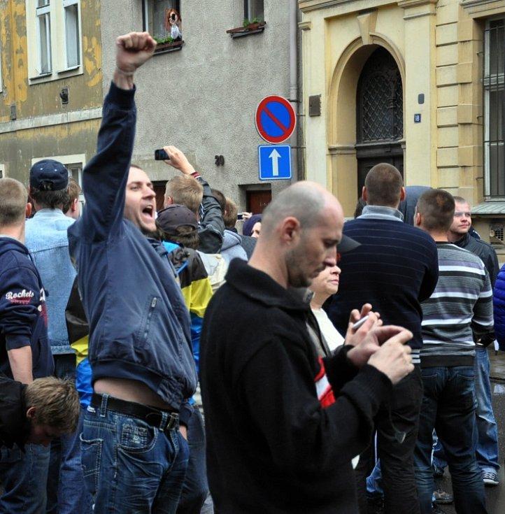 V ulicích Duchcova demonstrovalo kolem 1000 lidí.