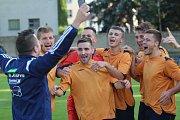 Jílové (oranžové dresy) slaví vítězství v krajském poháru