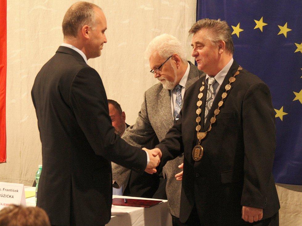 Slib nejstaršímu zastupiteli na ustavující schůzi v Krupce skládá zastupitel Rostislav Kadlec (vlevo), který se stal místostarostou.
