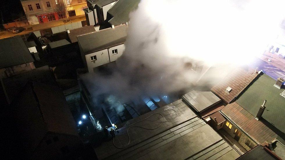 Požár domu v Duchcově, jak ho zachytil dron hasičů z Hrobu