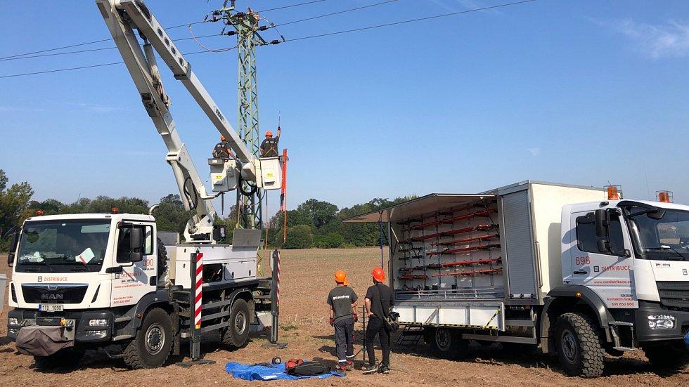 Zákazníci odstávky elektřiny mnohdy ani nepocítí. Jednou z metod, jak toho docílit, jsou například práce pod napětím.