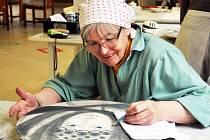 Účastnice 12. mezinárodního sympozia malby pod glazuru v Dubí byla i Jitka Kateřina Trčková.