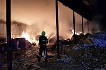 Noční požár v novosedlické papírně.