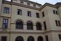 """Budova teplického okresního soudu dostala nový """"kabát"""". Nová fasáda včetně zateplení, oken a kotlů na vytápění stála zhruba 35 milionů korun, část peněz šla z evropských dotací."""