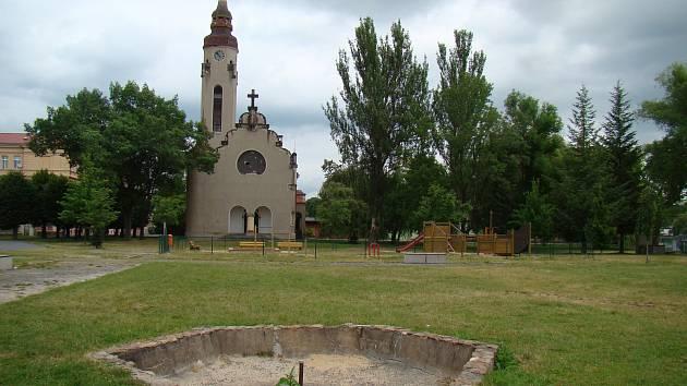 Duchcov, kostel a park u rybníka Barbora. Ilustrační foto.