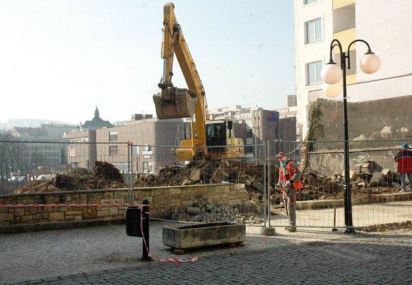 Nákupní komplex Fontána, které buduje vcentru Teplic developerská společnost JTH, nahradí zástavbu dvou původních historických domů a také nikdy nedostavěného hotelu Radnice na rohu náměstí Svobody.