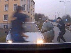 Zadržení zdrogovaného řidiče na konci honičky ulicemi Teplic.