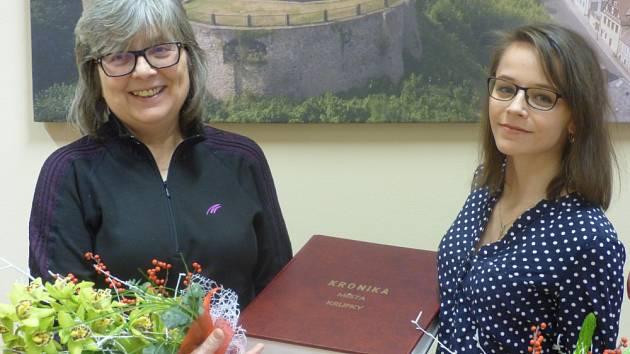 VÝMĚNA KRONIKÁŘSKÉ STRÁŽE. Mnohaletou práci obecní kronikářky v Krupce završila k poslednímu dni roku 2016 Růžena Voráčková. Od začátku roku 2017 přebrala vedení obecní kroniky Nikola Růžičková.