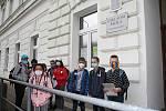 Školáci před budovou ZŠ Nové lázně Teplice. V pondělí 25. května se vrátili do lavic.