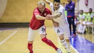 CHRUDIM – TEPLICE 3:1. Domácí Everton, autor třetí branky, se snaží od míče odstavit teplického Tomáše Vobořila.