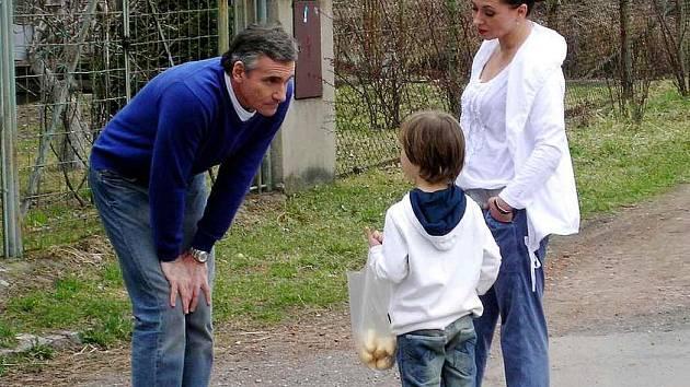 """Z NATÁČENÍ ORDINACE. (zleva) Jan Čenský, chlapec a Daniela Morávková """"na place""""."""