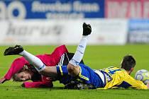 FK Teplice - SK Dynamo České Budějovice 0:1. Aldin Čajič a za ním Vladimír Dobal z Českých Budějovic.